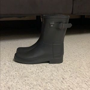 Size 6 women's Hunter boots. Only worn one time.